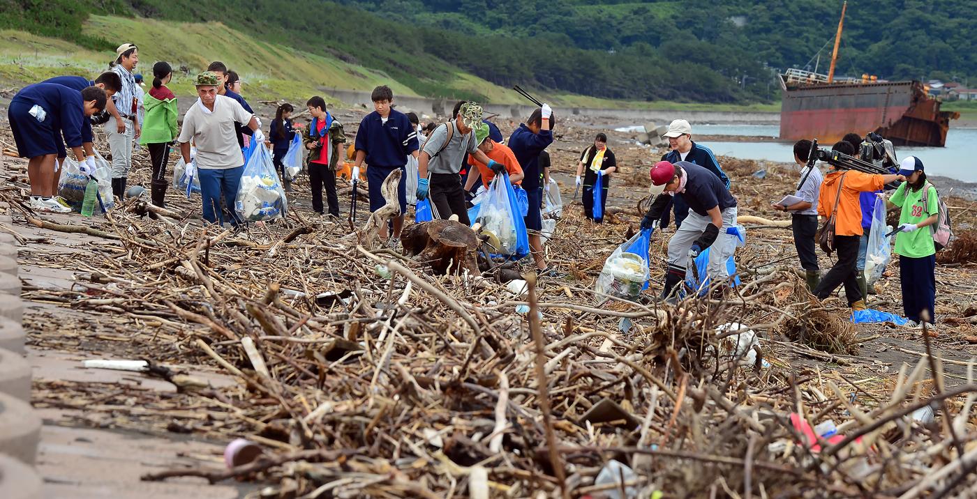 足の踏み場もないほど、積みあがった海岸のゴミ