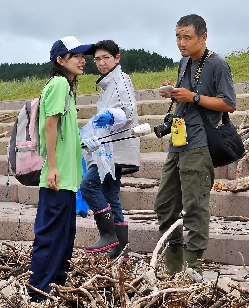 朝日新聞の須田記者にインタビューされる女子生徒。「いいべ深浦」の山本さんが見守った
