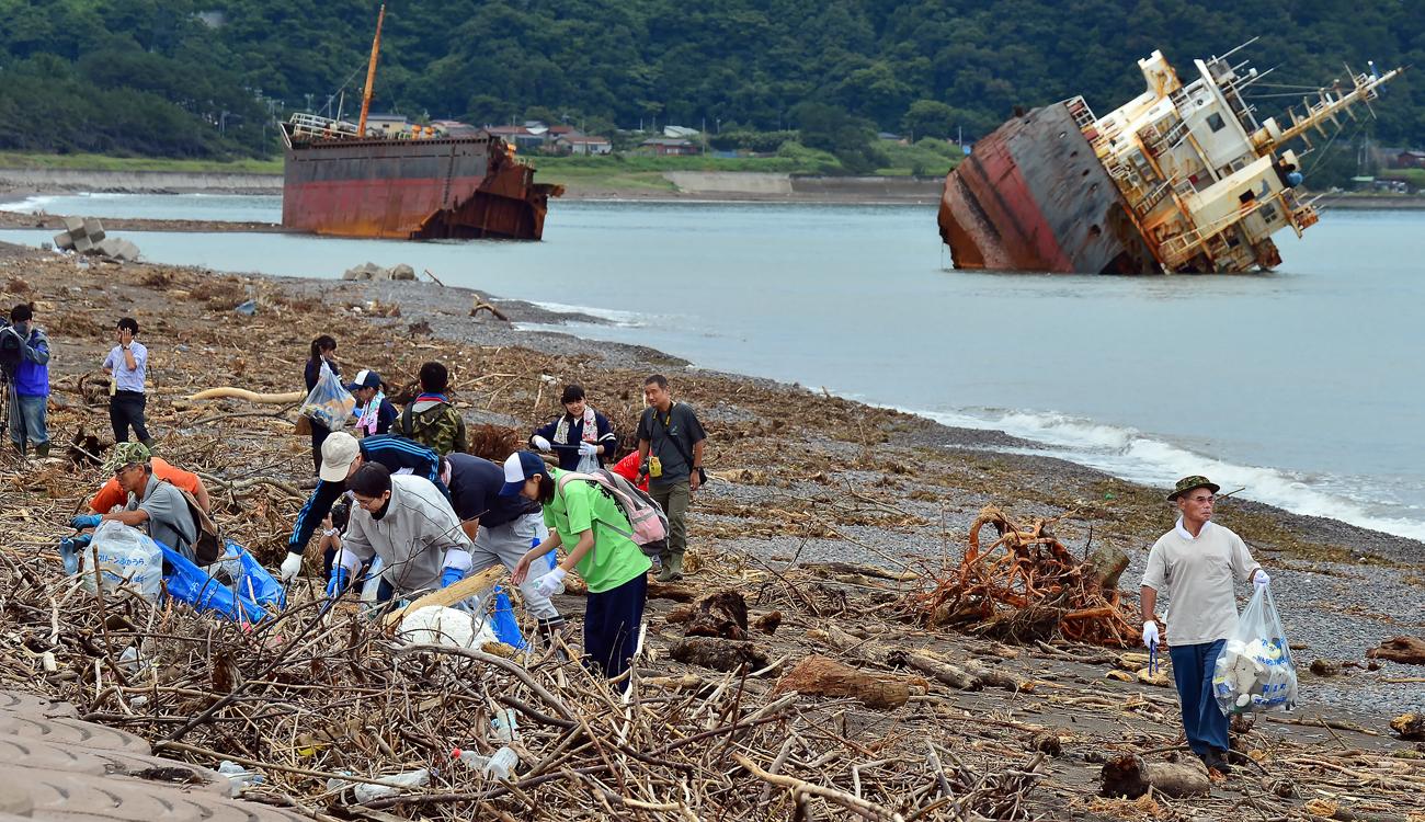海岸に打ち寄せられたゴミを集める親方(右端)たち。昨年からまったく収獲がない、そうだ