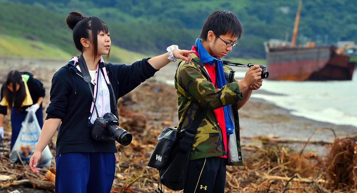 「先生!。ほら、シャッターチャンスよ」。古跡先生を香純さんがサポート