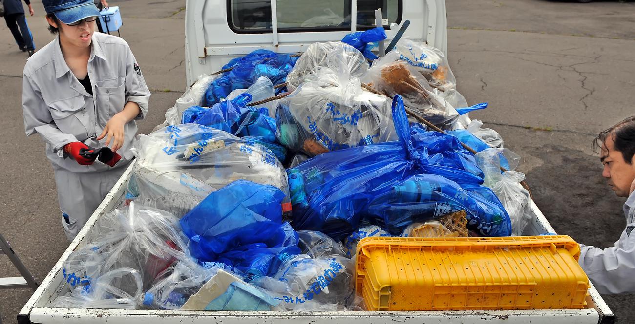 収集したゴミは、軽トラックの荷台を満載に