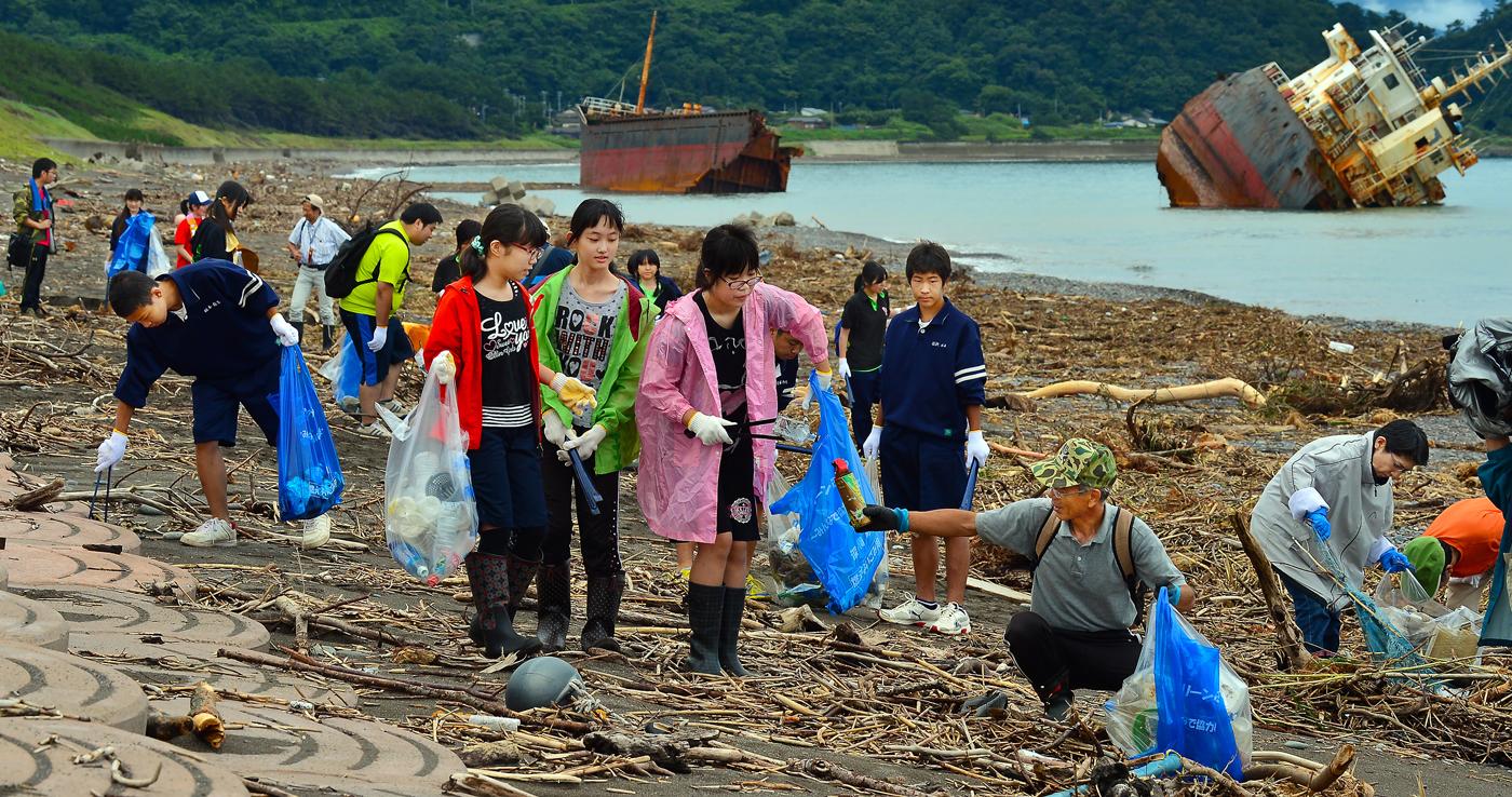 先頭に立って働く柴田さんと3人娘。同じ集落の仲間同士