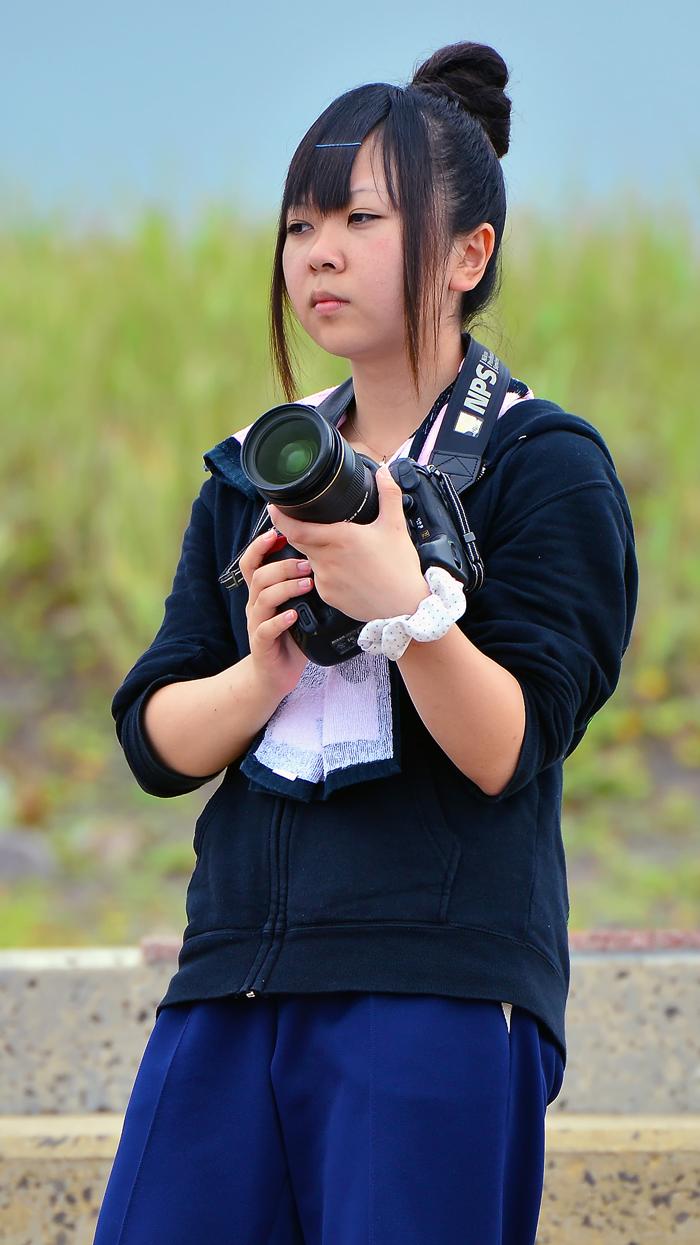 写真が大好きな深浦校の3年の香純さんも、撮影を手伝ってくれた