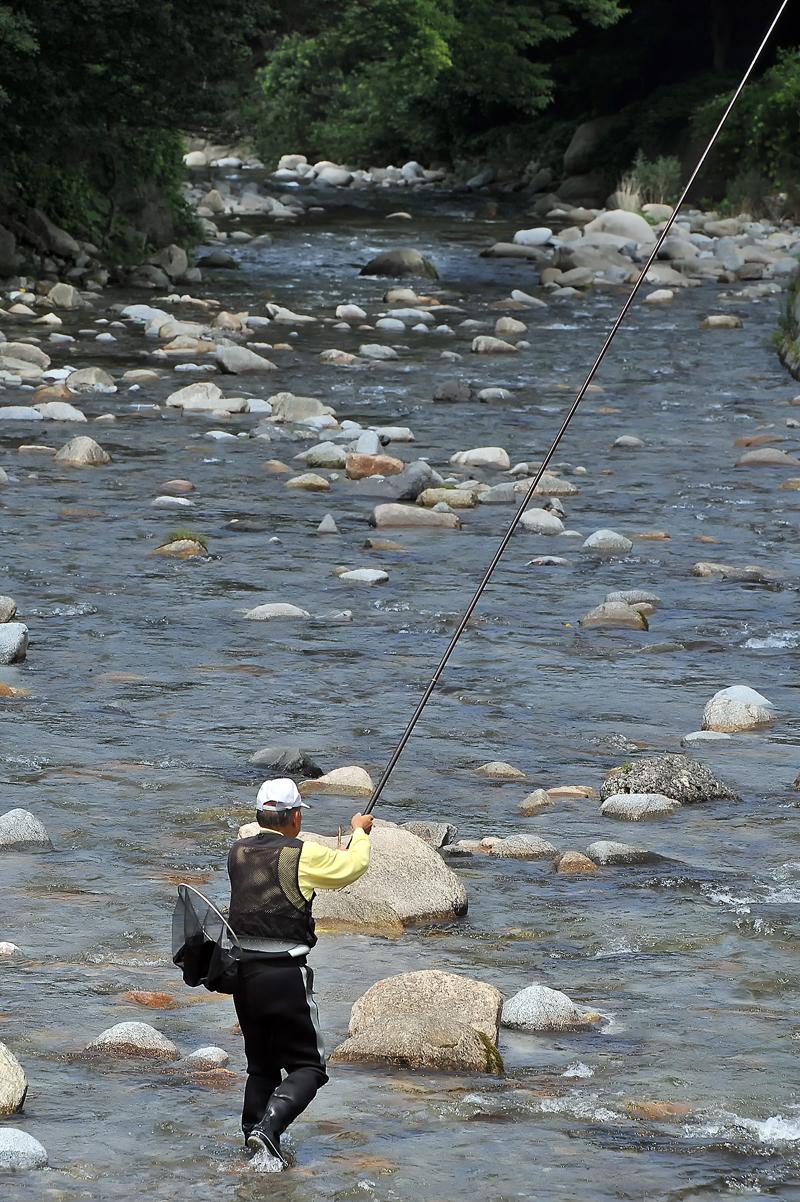 川への立ち入りを「遠慮してもらう」よう声掛けするも、竿を振り続ける釣り師