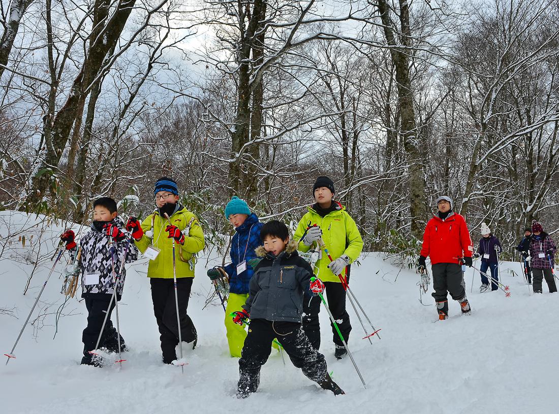 いわ小の2年生・文哉くん(手前)も、新雪の中を完走。雪国っ子は強い!
