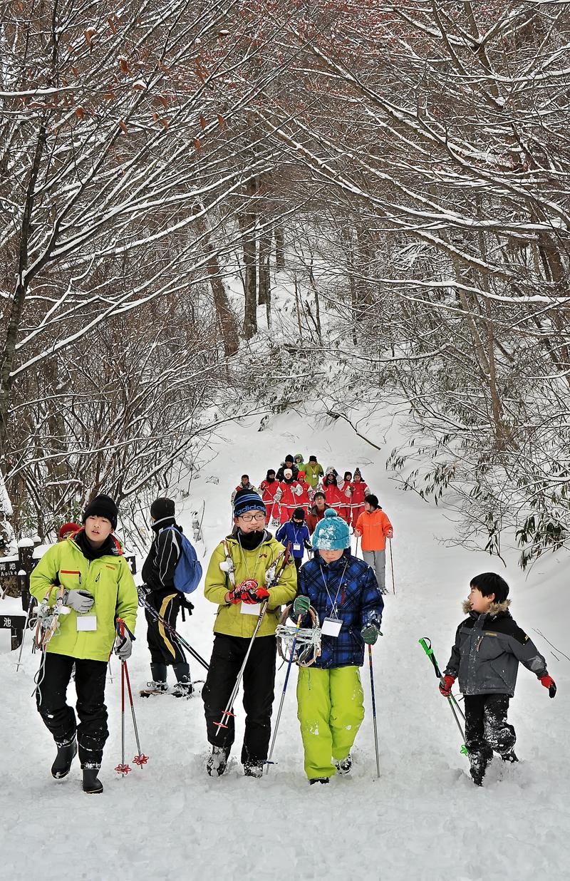 新雪のバージンロードを歩く子どもたち