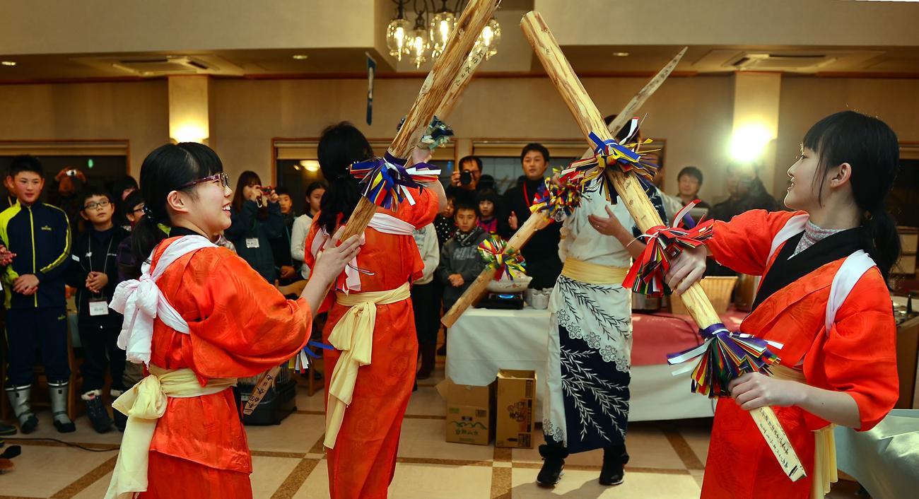 鹿島祭りを披露する白神側の中学生たち