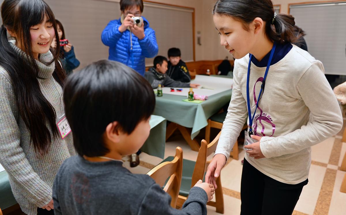 ワークショップの開始前、互いの遺産地域の子どもたちが自己紹介と握手