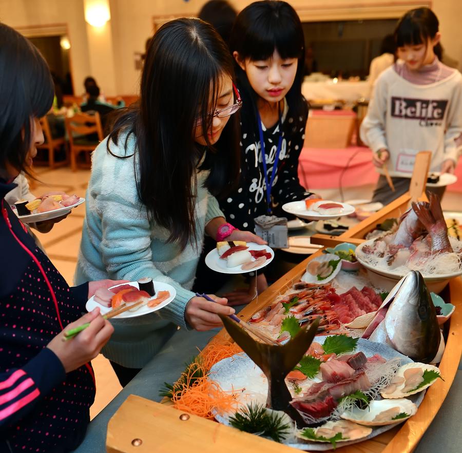 日本海の魚の刺身が船盛で提供された