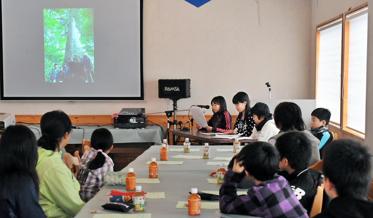 屋久島の発表を聞く子どもたち