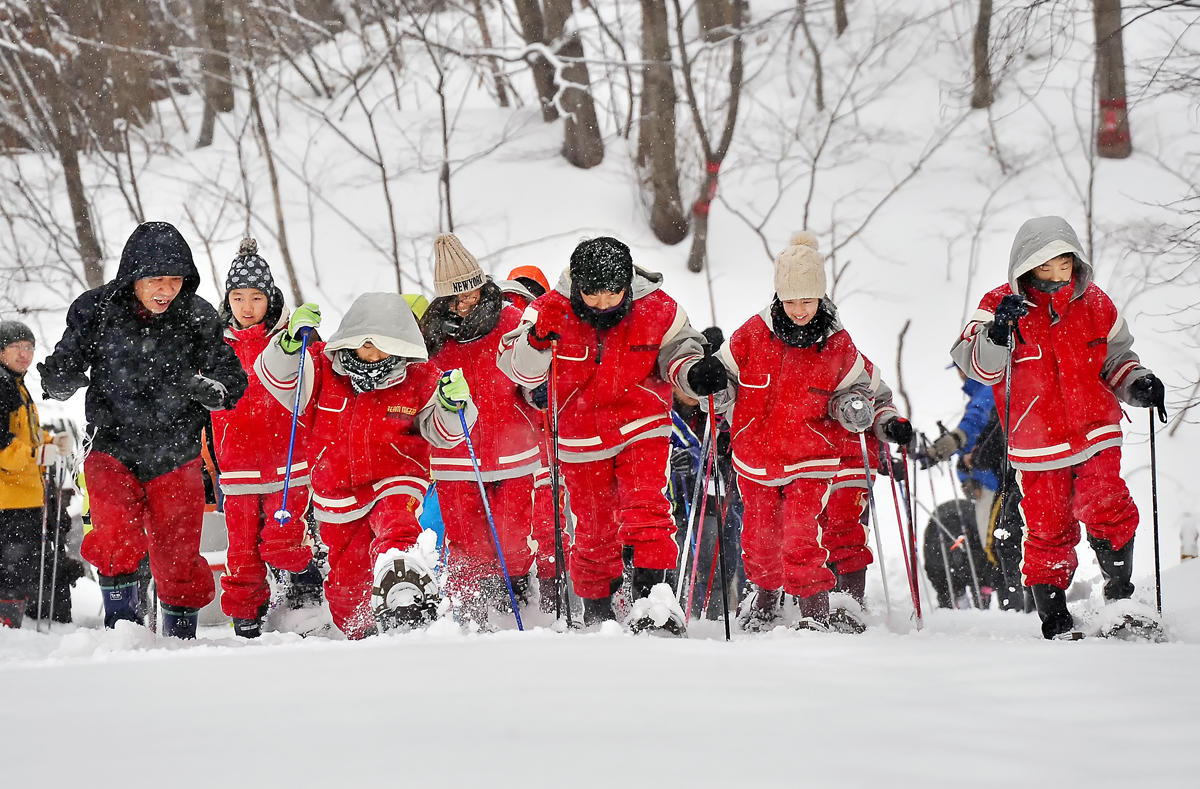 西田さん(右端)のガイドで、新雪の道をスタート