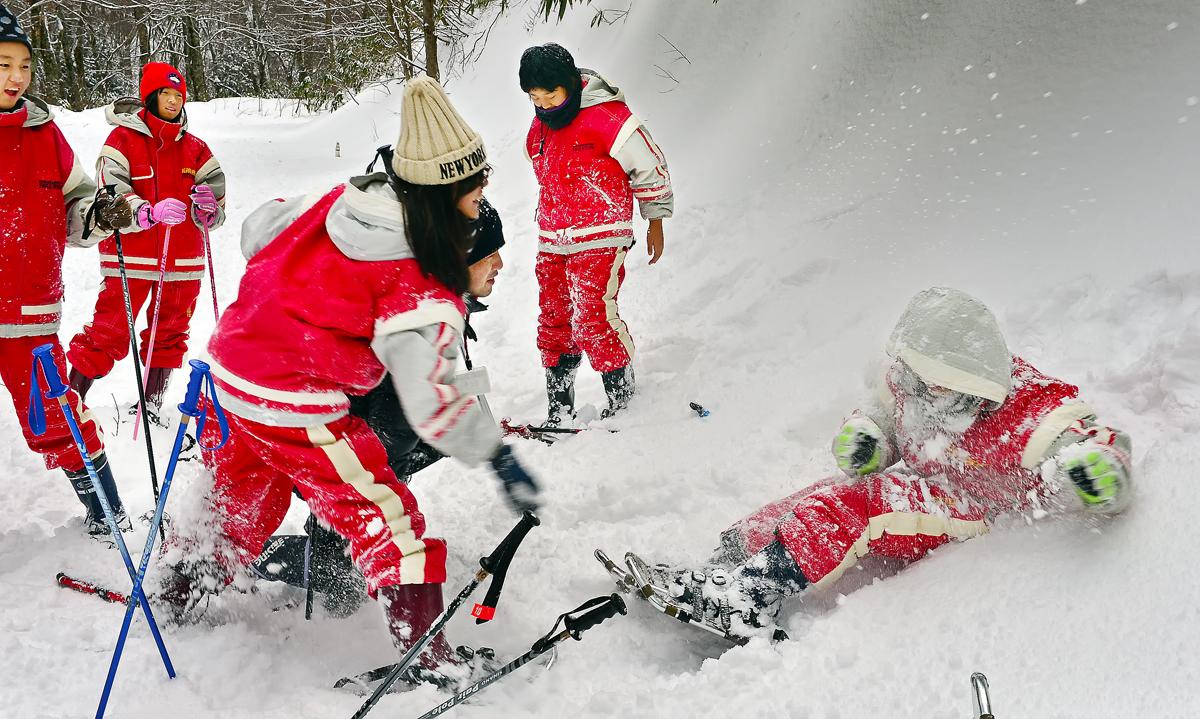 雪にまみれて遊ぶ屋久島っ子。風邪引くよ