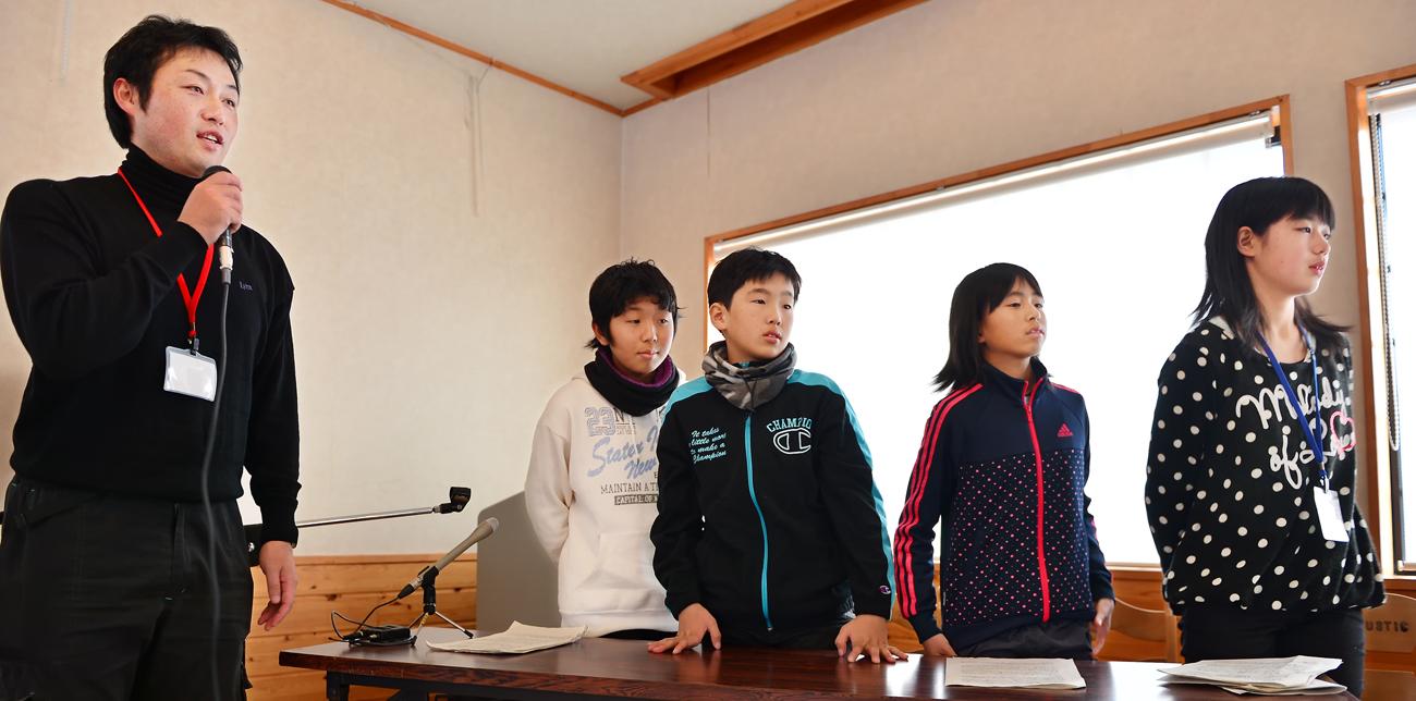 発表を終えて一礼する環境文化財団の牧さん(右端)と屋久島の子どもたち