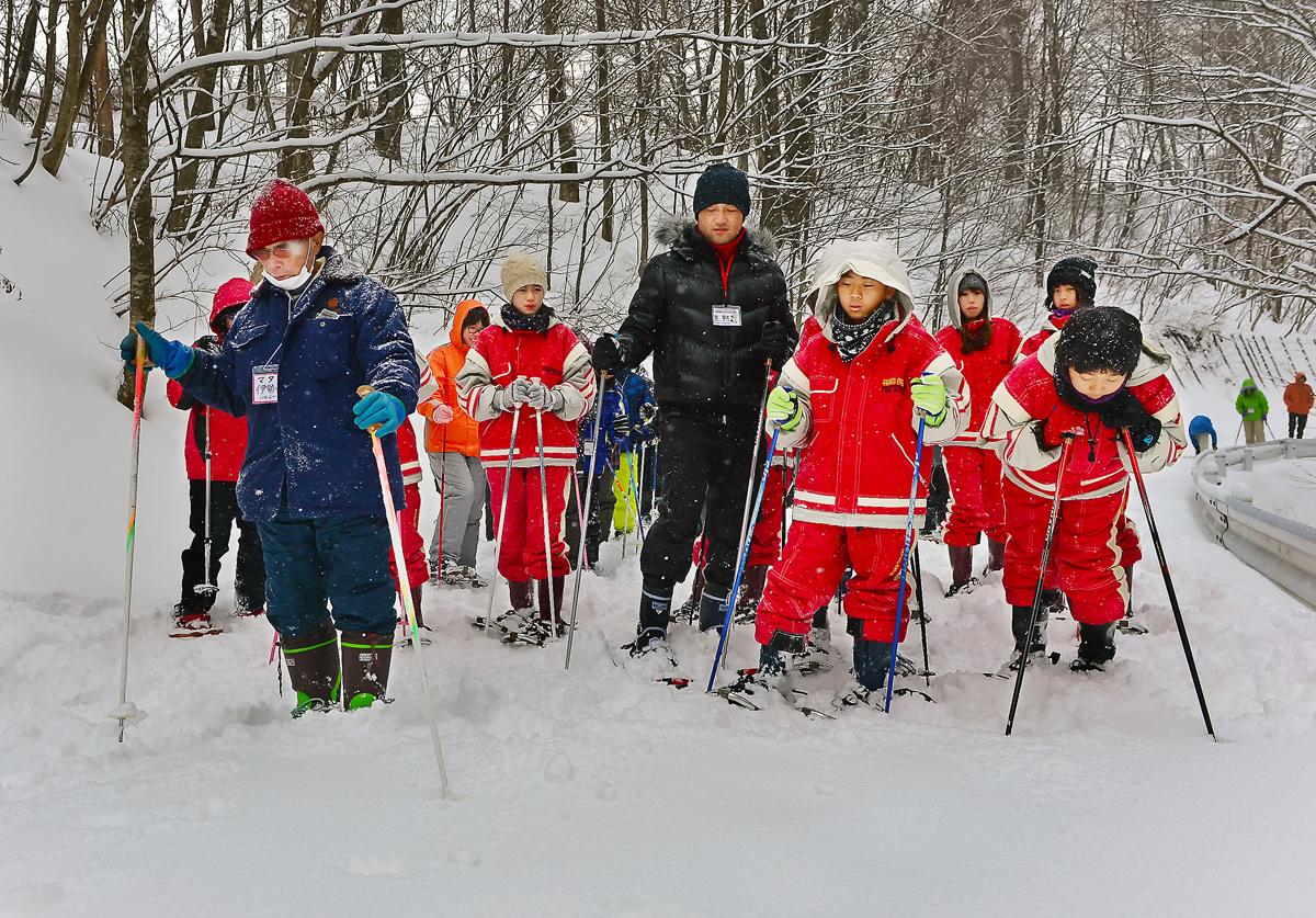 雪に残った動物の足跡を見る