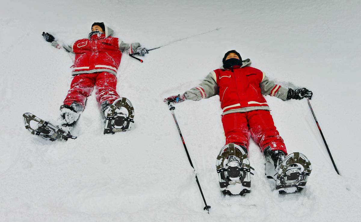 新雪の中に倒れこんで、感触を確かめる屋久島っ子