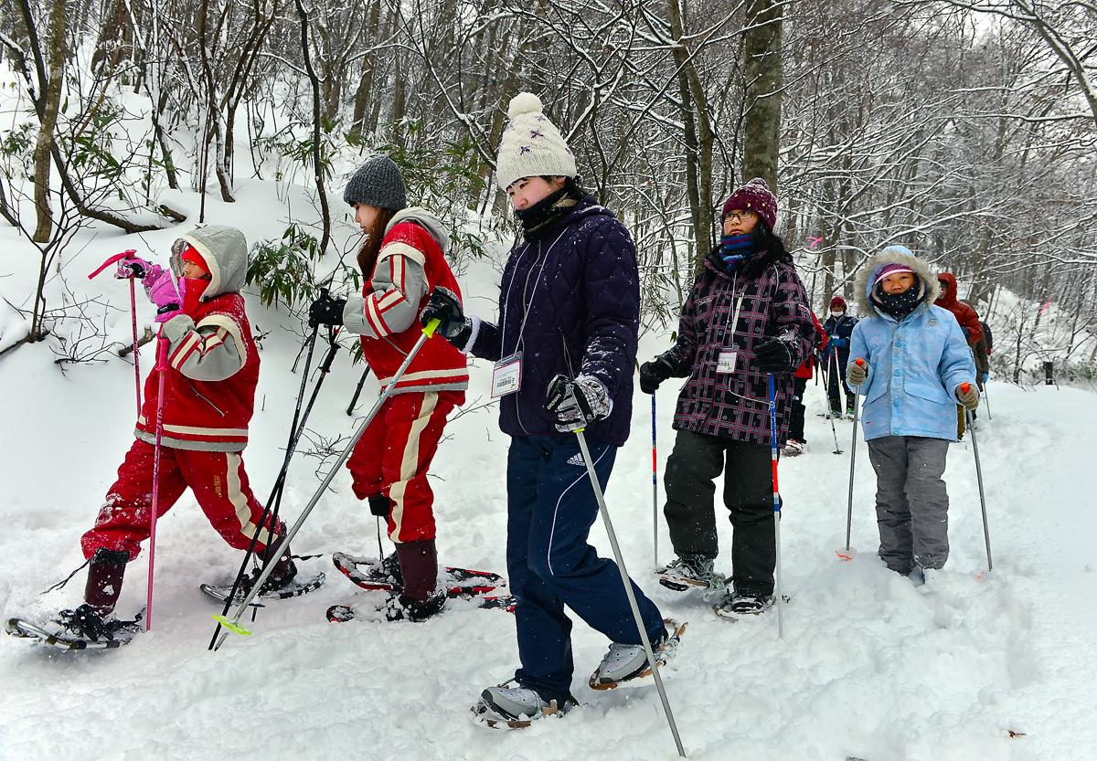 白神の子どもは雪は慣れっこ。でも、カンジキは・・・