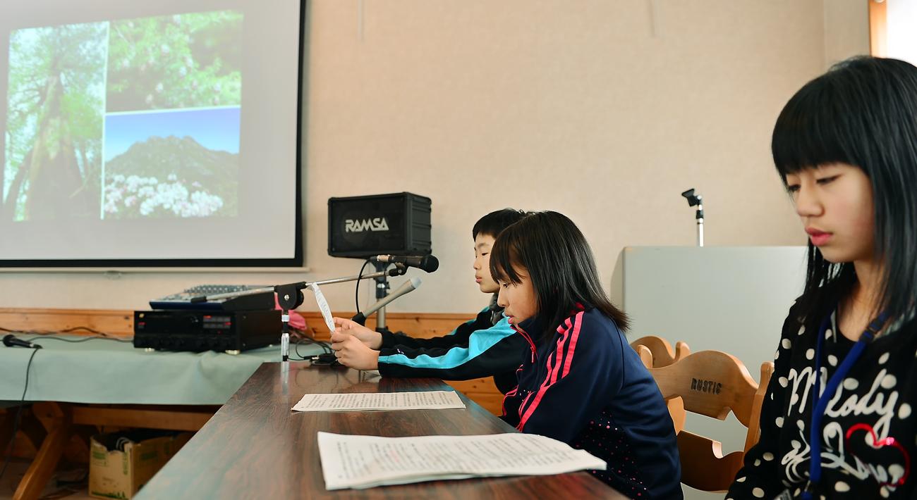 発表する屋久島の子どもたち=写真はいずれもアオーネ白神十二湖で