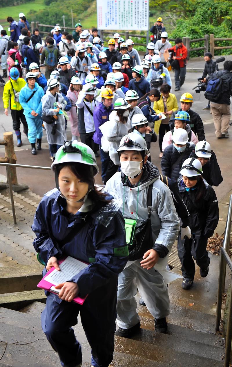 決意を込めた表情で、遺骨収集に向かう学生たち