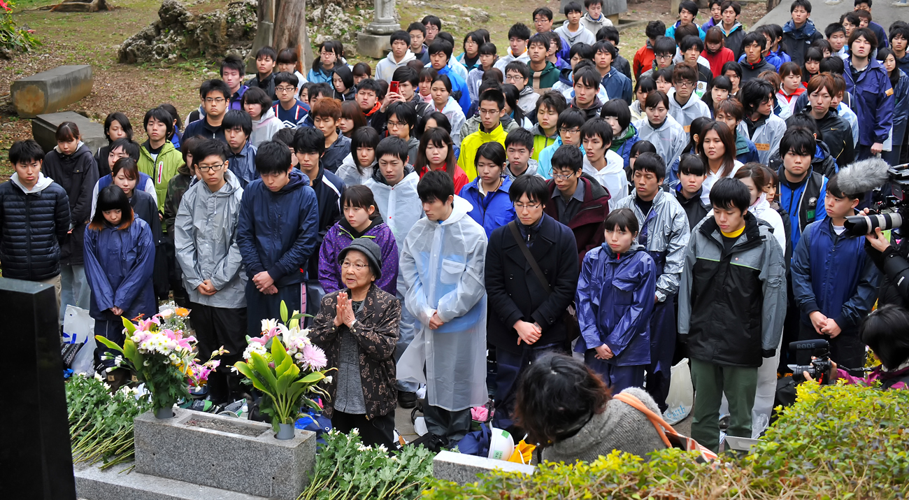 IVUSAの学生たちと一緒に戦没した同窓生の碑に手を合わせるきくさん