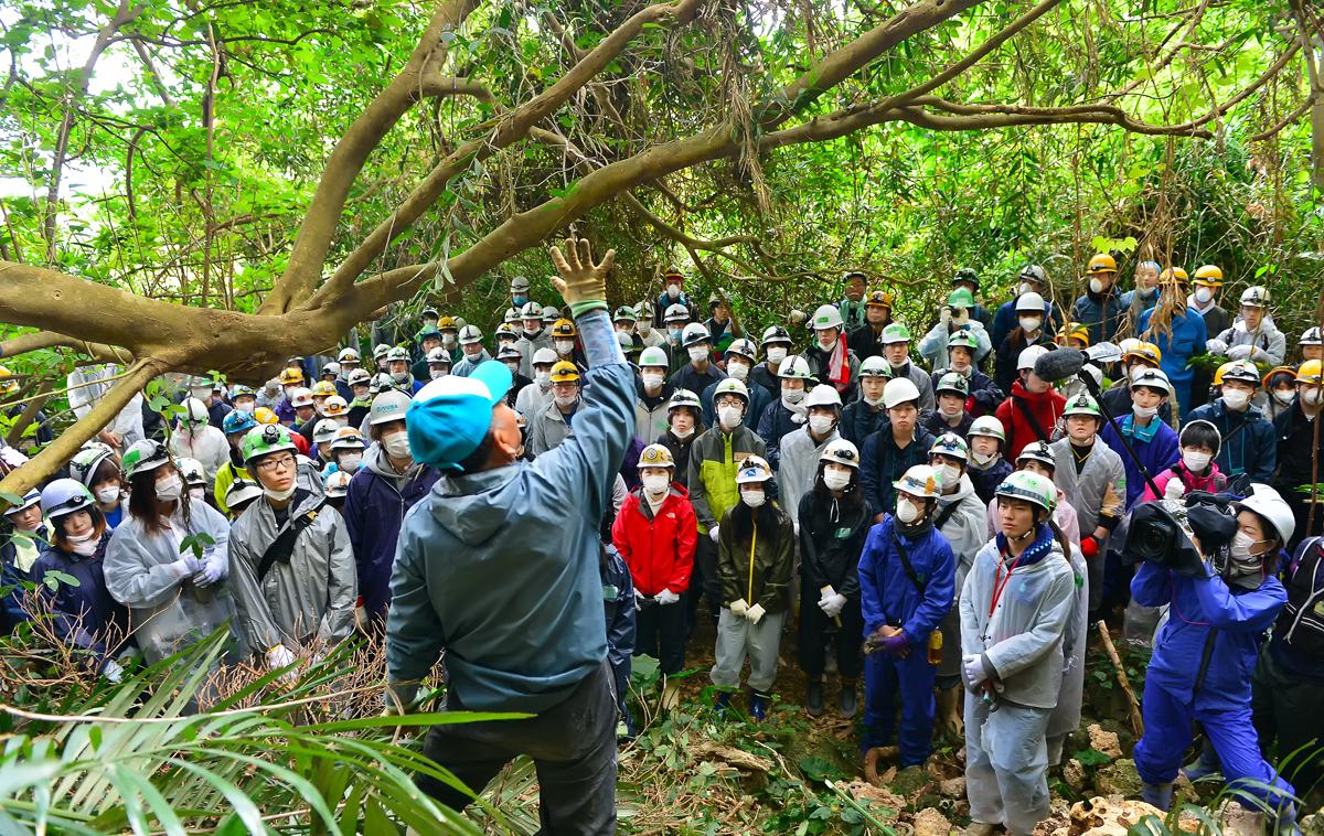 喜屋武のジャングルで、遺骨収集に臨む学生たち