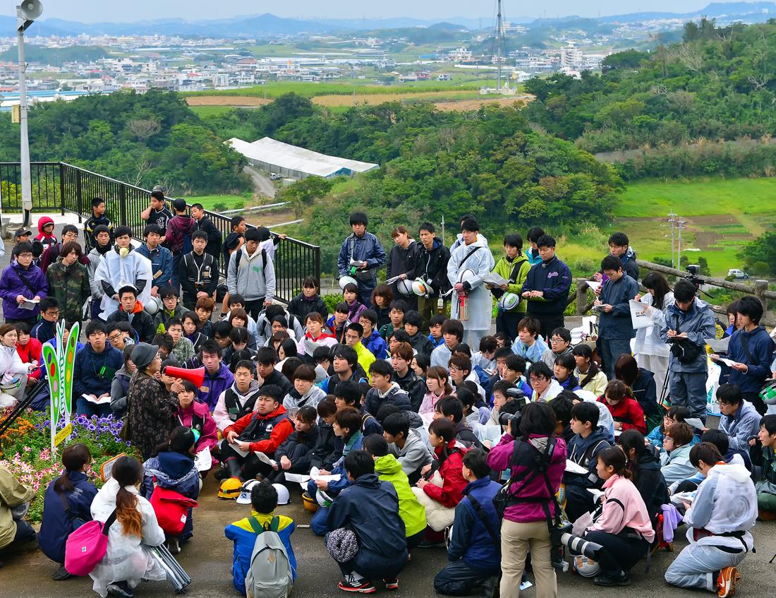 周囲の状況が見渡せる高台にある野戦病院壕の近くで、戦争の講話が続けられる