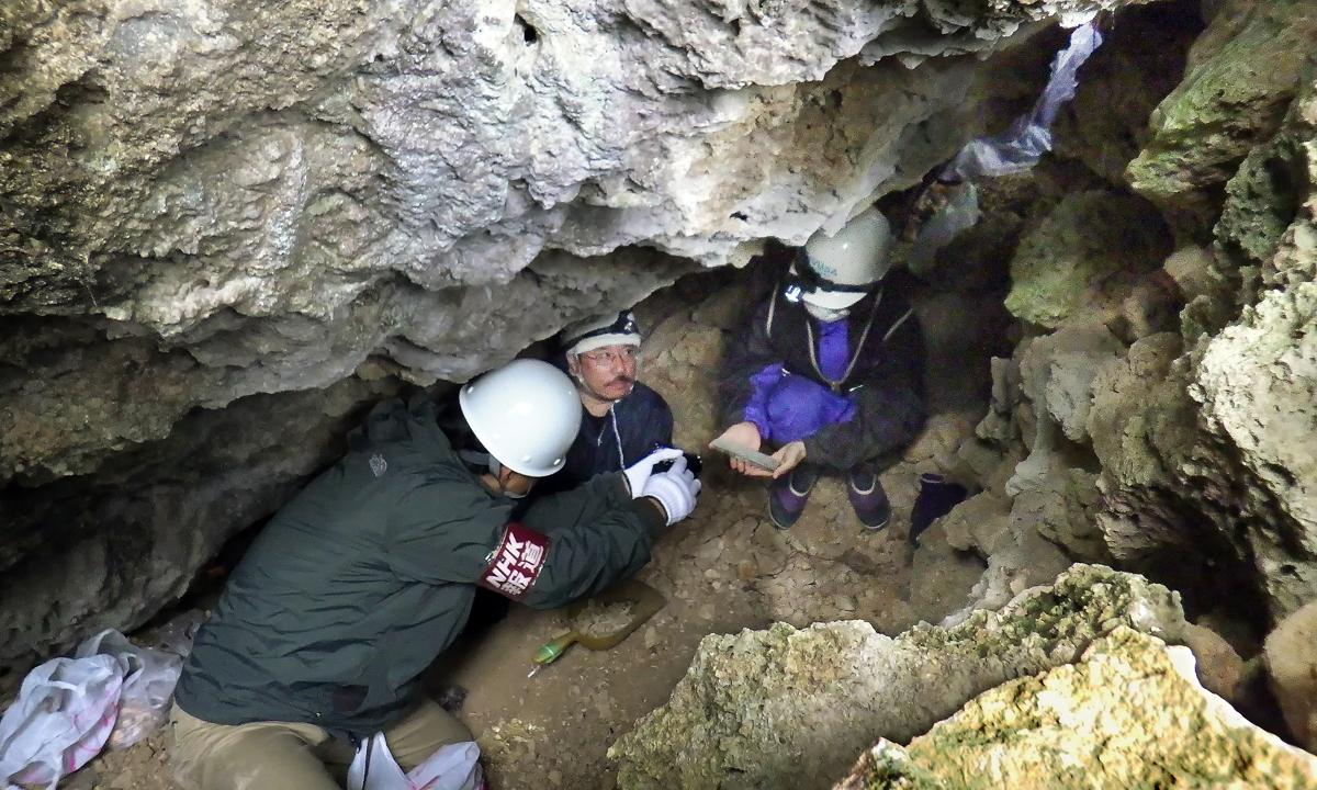 ハーモニカが見つかった時の様子をNHKの記者(左)に説明する女子学生