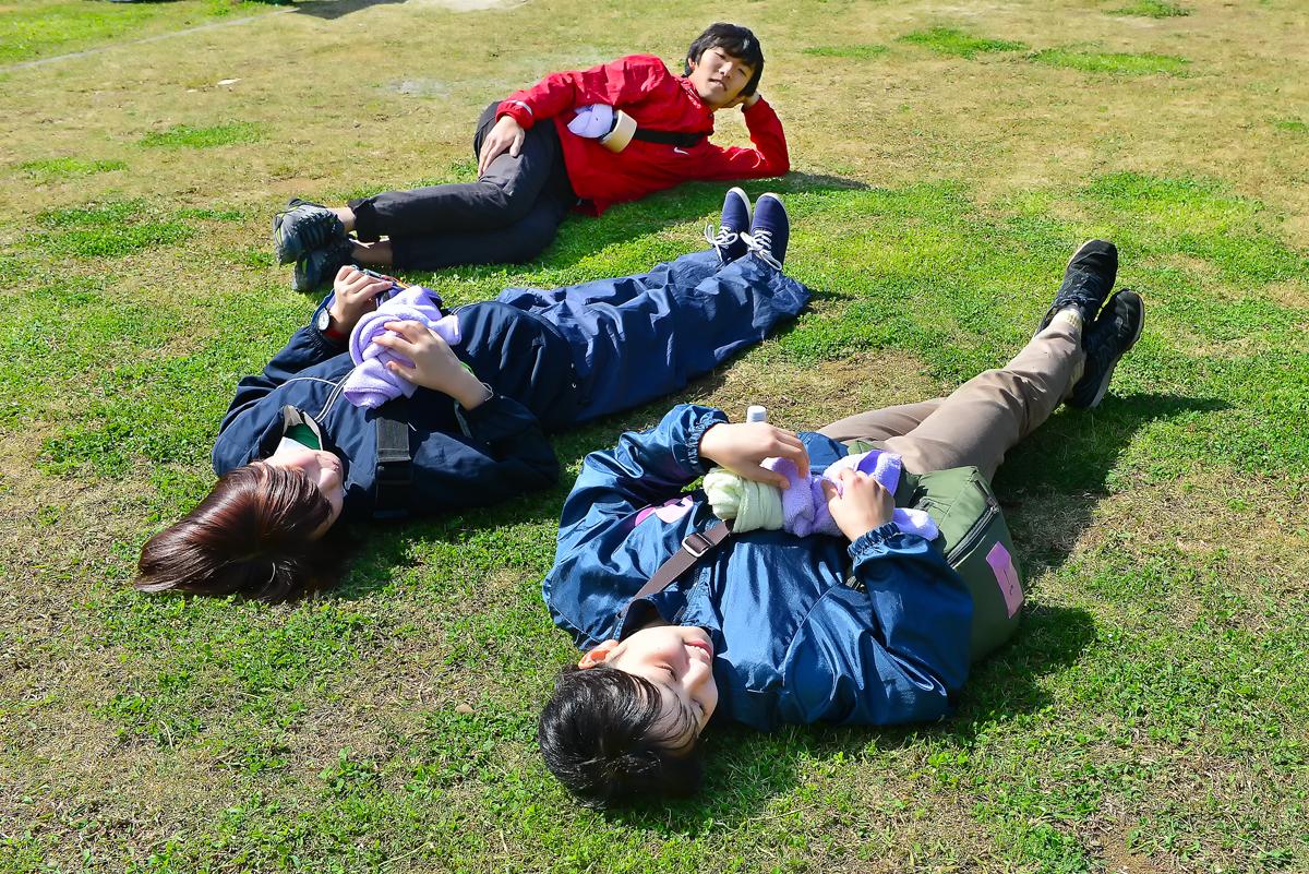 疲れたぁ。でも、芝生で寝ころぶと気持ちいいね!