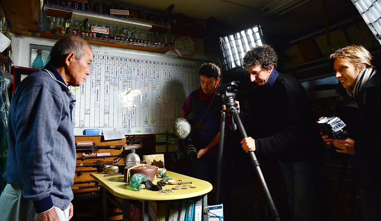 国吉勇さんを撮影する仏人ジャーナリストたち