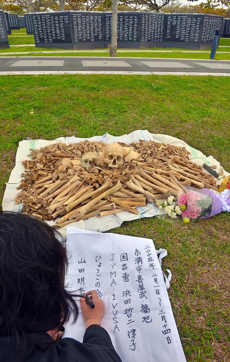 納骨袋に、参加者の名前や活動場所などを記す