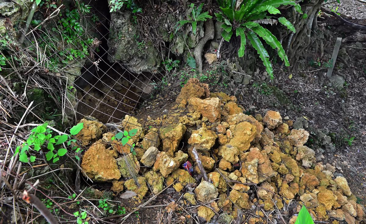 梶原さんの遺留品などが見つかった壕