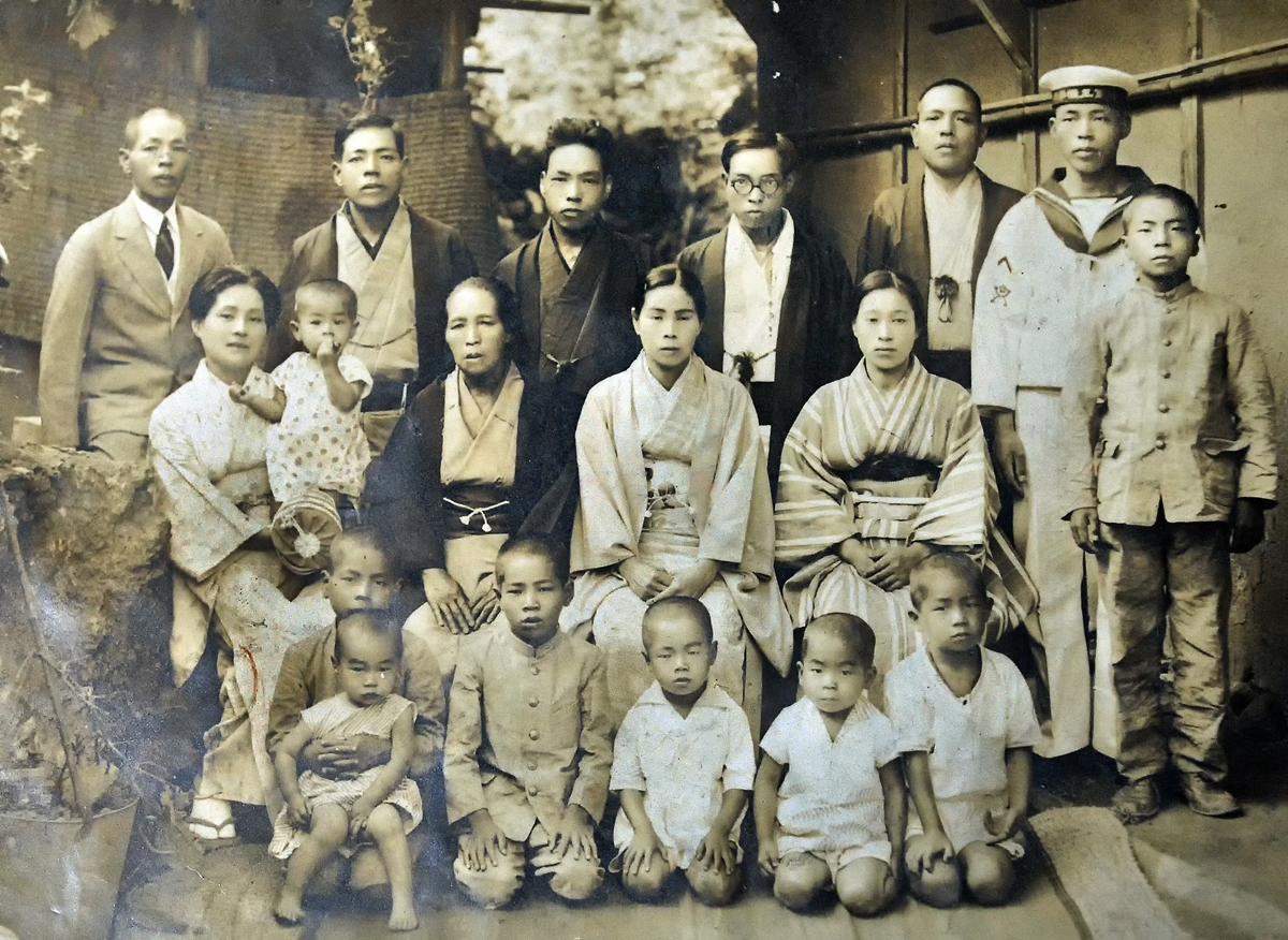 梶原家の集合写真。後方右端が隼人さん。手前右から4人目が篤さん