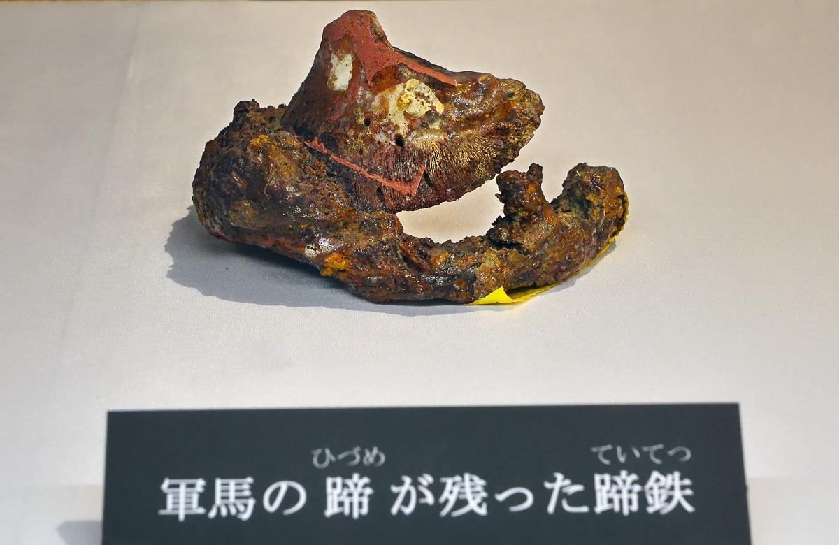 軍馬の蹄が残った蹄鉄。沖縄戦では馬が重用された