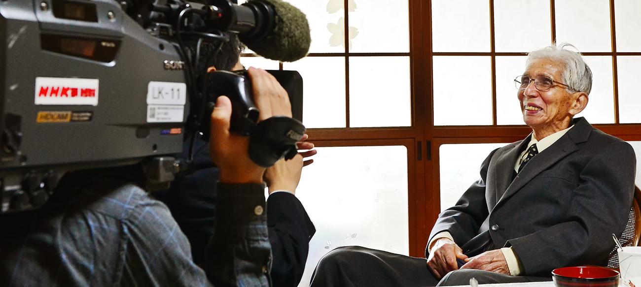 NHKの取材を受ける梶原篤さん