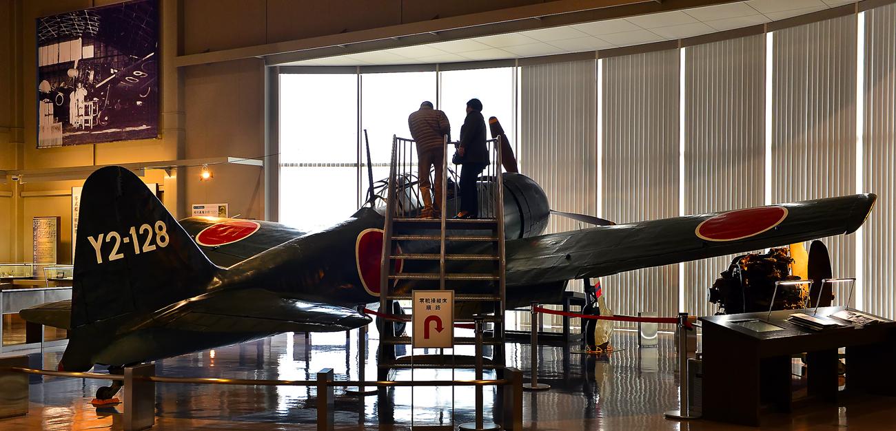 旧海軍の零式艦上戦闘機を見る来館者
