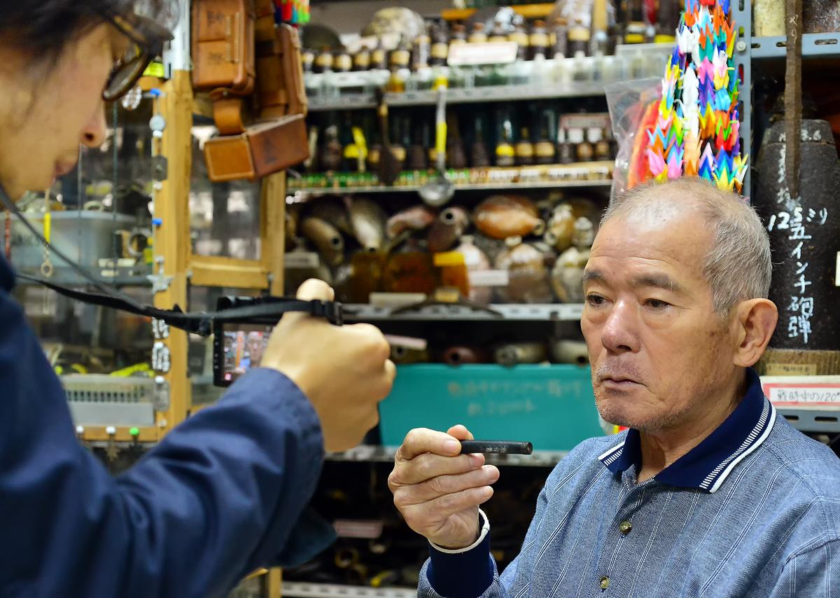 戦争資料館で朝日新聞の木村記者の取材を受ける国吉さん