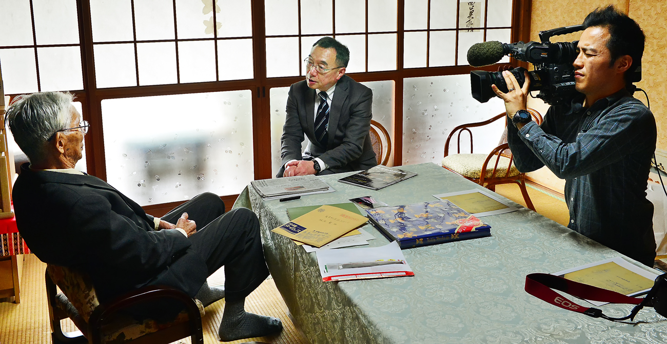 大刀洗平和記念館の山本館長(中央)と語る篤さん(左端)