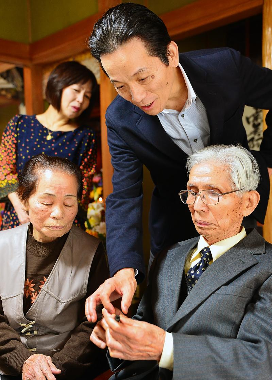 息子の秀康さん(後方)や妻のみち子さん(手前左)と万年筆について語る篤さん