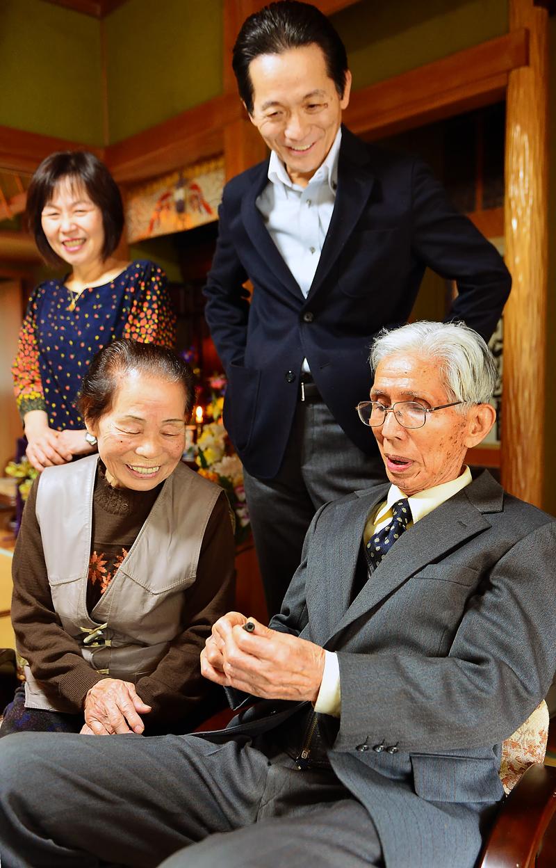 帰ってきた万年筆を見る梶原敦さん(手前右)、妻の(手前左)、長男のさん(後方右)