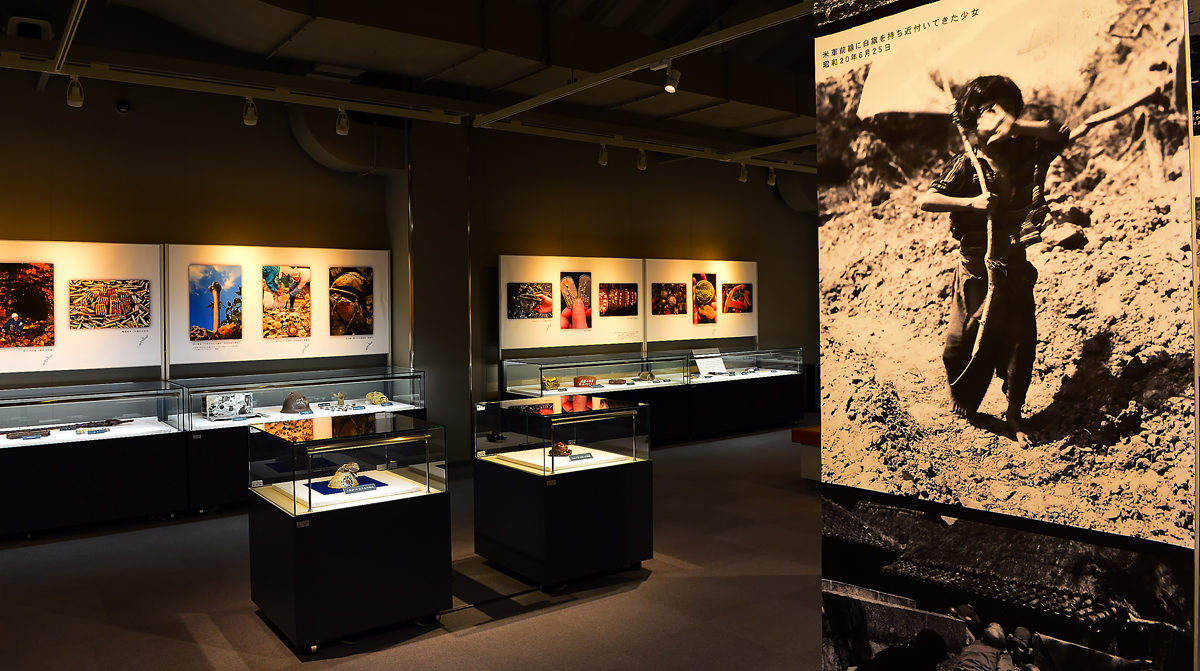 沖縄戦当時の写真や遺留品が展示されている