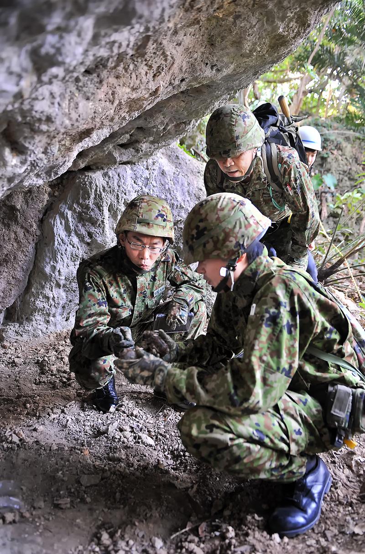 不発弾処理をする自衛隊員