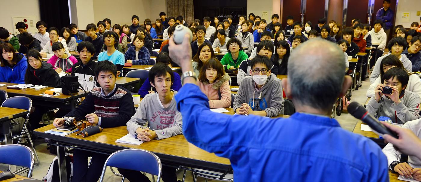 国吉勇さんから、遺留品の説明を受けるIVUSAの学生たち