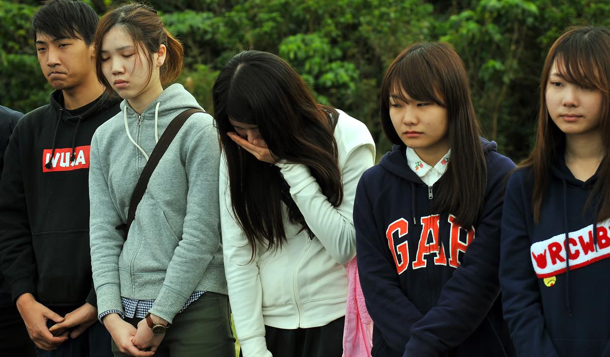 遺骨を前に泣き出す女子学生