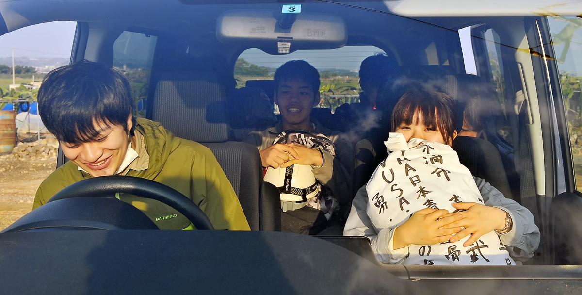 収集活動の最終日。戦没者の遺骨を納骨するために車に乗り込む学生たち