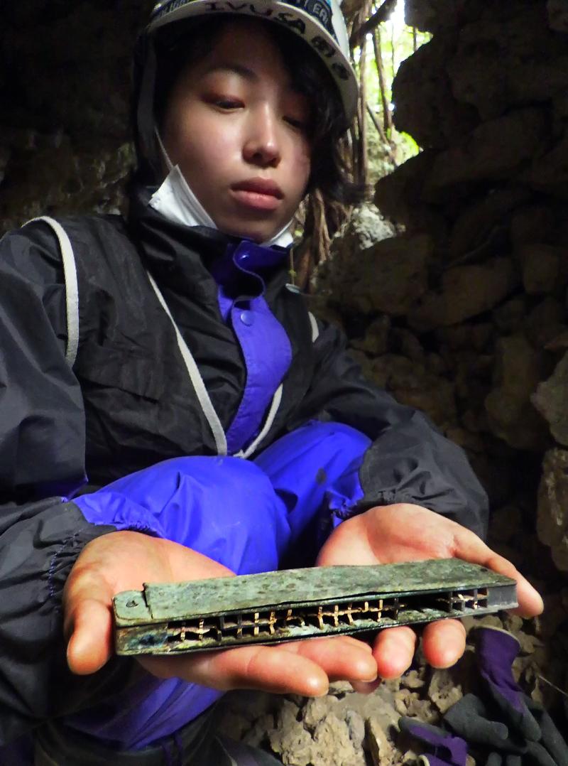 トーチカの中で発見したハーモニカを見せるエリちゃん、