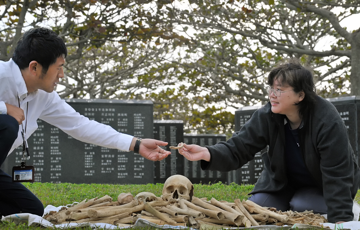 NHKのカメラマンも撮影後、遺骨を慈しんでくれた