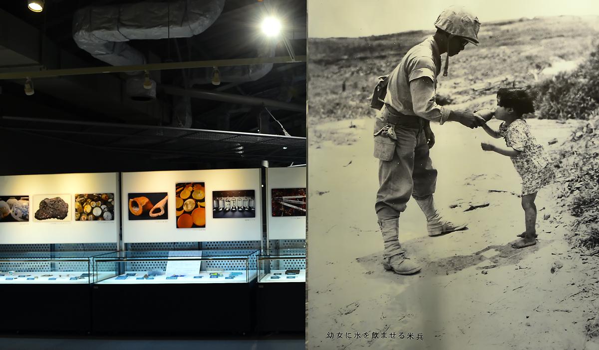 米兵から水を貰う少女の写真も展示