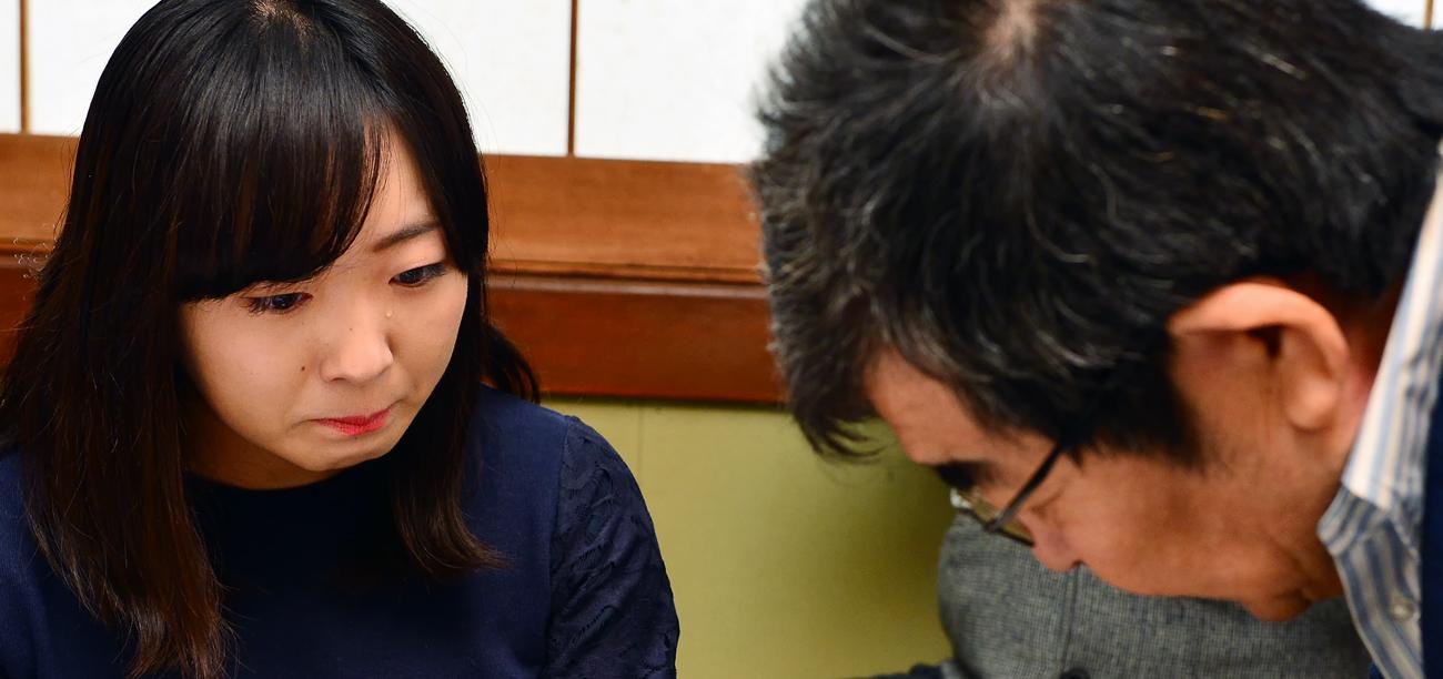 学生たちに頭を下げる信之さんに、涙ぐむIVUSAの新井裕香さん
