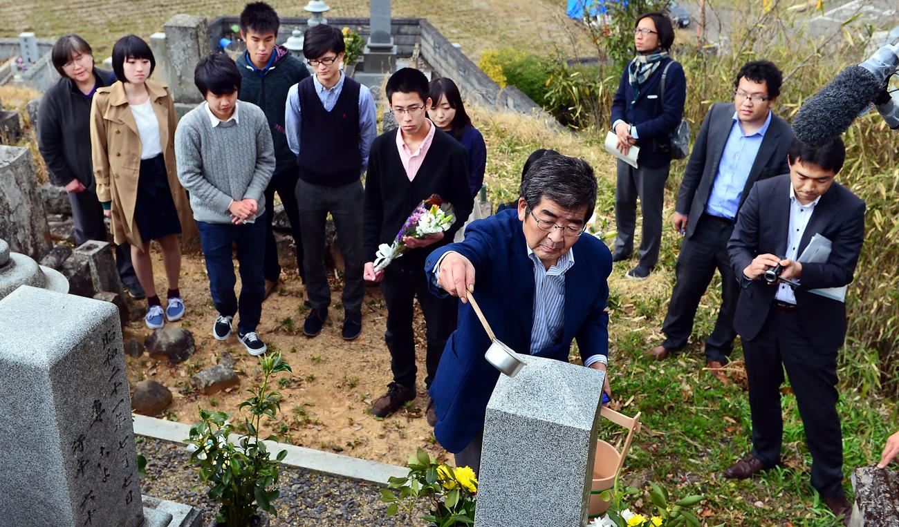 学生たちと一緒にお墓を清める