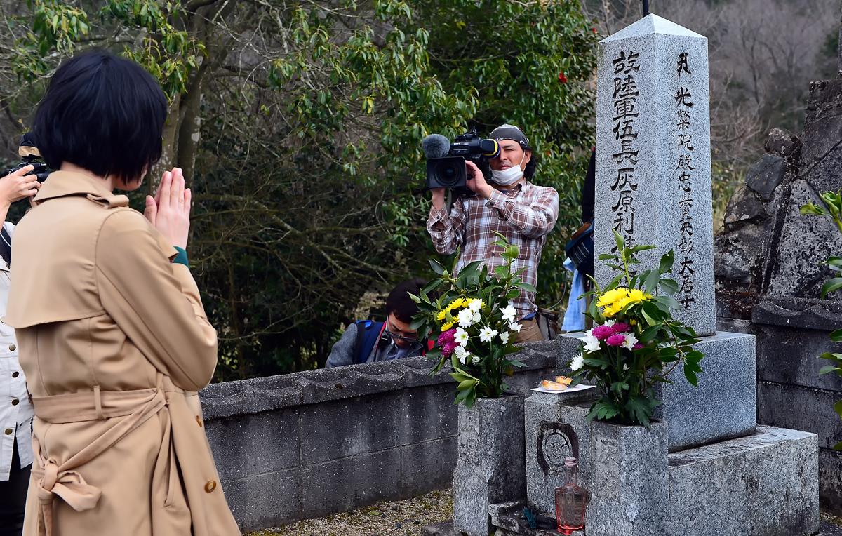 お墓参りも一人ずつ。テレビカメラが密着