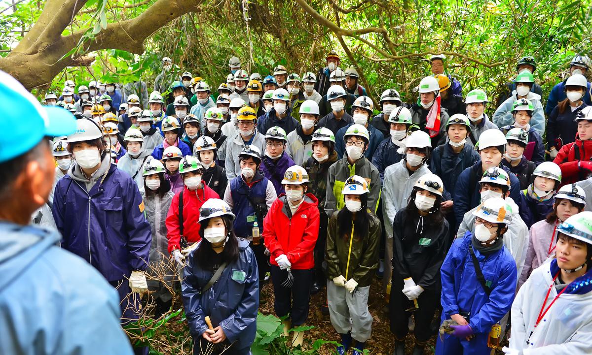 喜屋武のジャングルで遺骨収集に臨むIVUSAとJYMAの学生たち